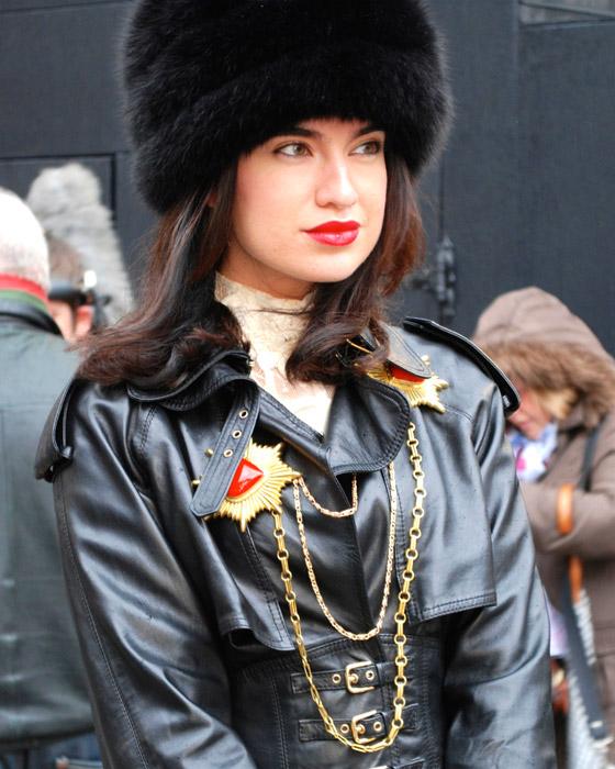 Способ №1 Поверх черной одежды Как носить ожерелье, чтобы не прибавить себе 10 лет?