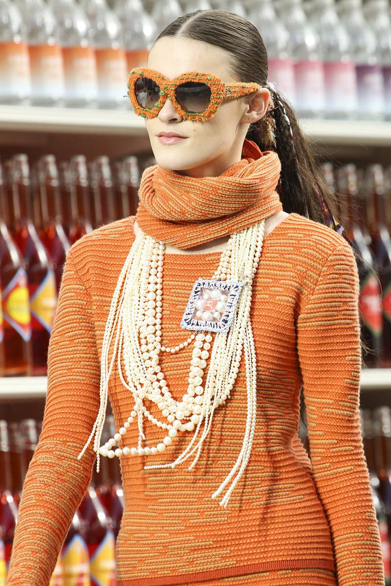 Способ №10 Как вашей душе угодно 2 Chanel осень зима 20142015 Как носить ожерелье, чтобы не прибавить себе 10 лет?