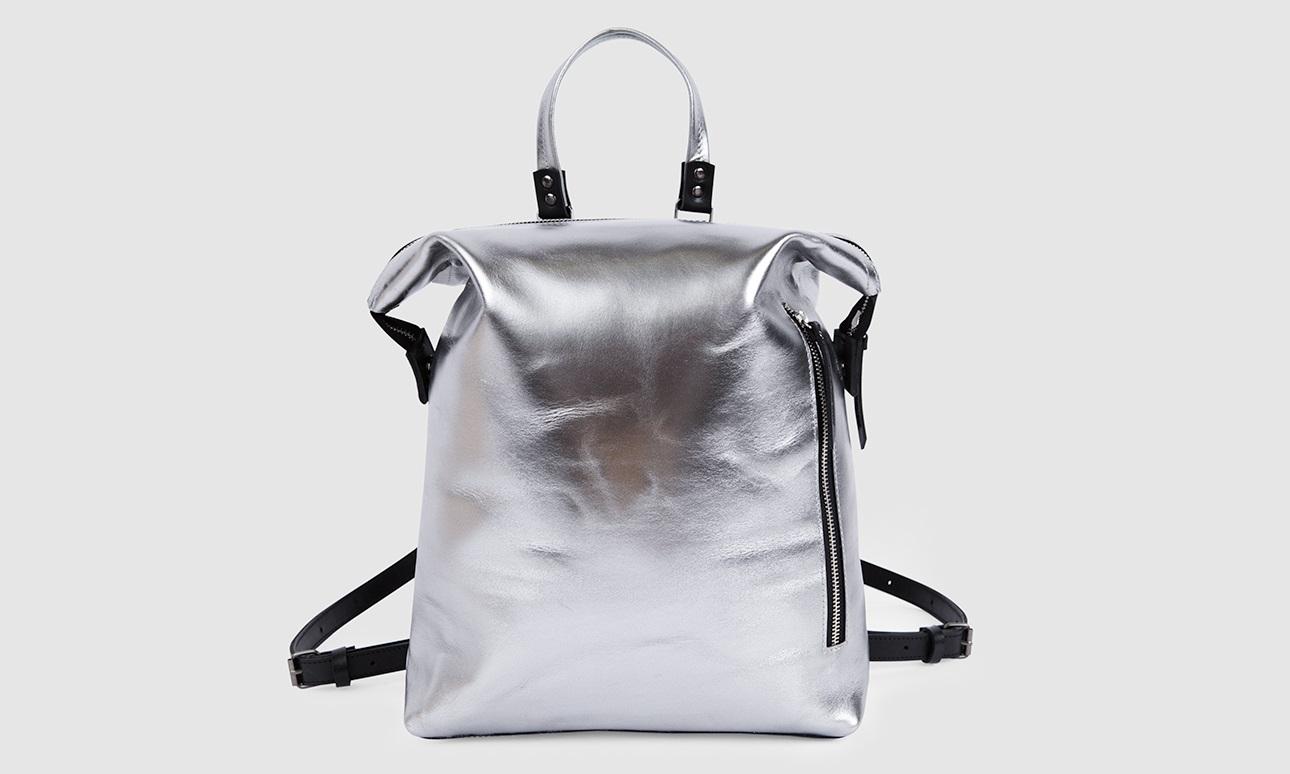 Серебряный рюкзак трансформер Asya Malbershtein 11 900 руб. 8 российских дизайнеров, вещи которых мы хотим носить