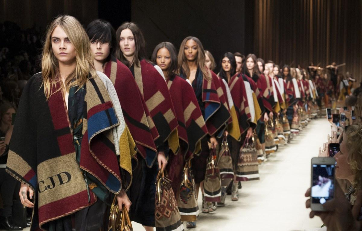 burberry prorsum womenswear autumn winter 2014 show final 002 e1410273714214 Заверните и не трогайте до весны:<br/> как и с чем носить пальто плед