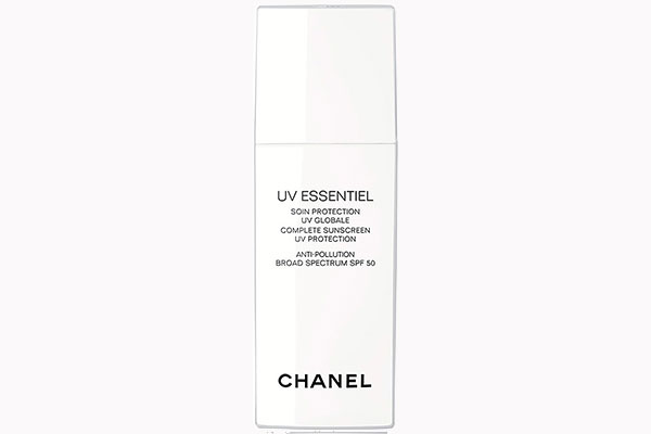 Средство для ежедневного ухода за кожей мультизащита от ультрафиолетовых лучей SPF 50 UV Essentiel от Chanel 4 700 руб. 8 лучших средств с spf, которые защищают от солнца с головы до ног