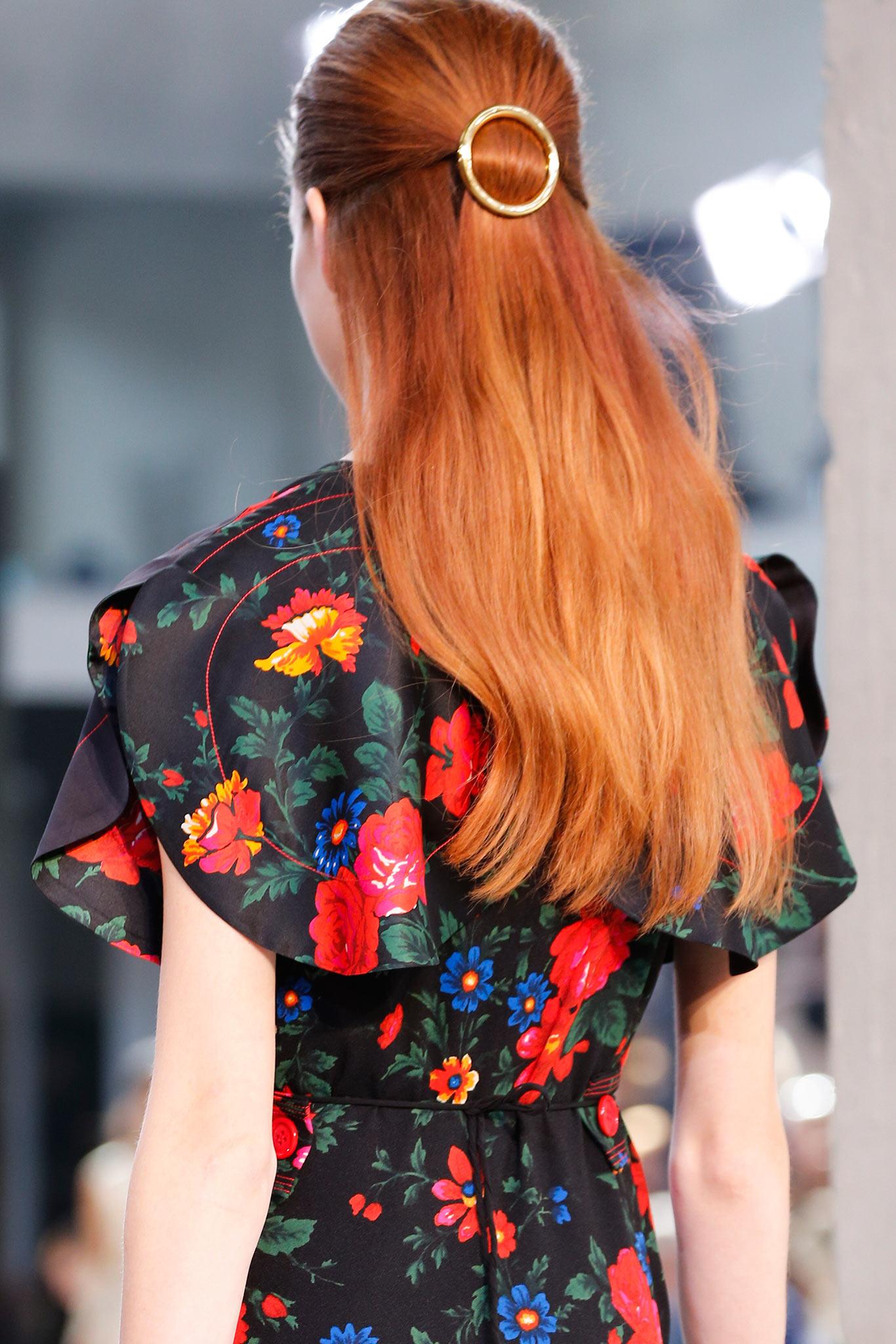 Тренд 1 Céline заколки пряжки Какие украшения носить весной?  3 главных тренда в нашем обзоре