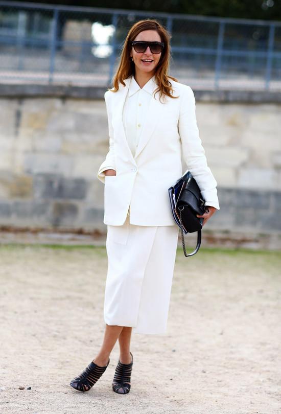 Белый костюм с юбкой  С чем носить белые вещи, чтобы не выглядеть как медсестра или невеста