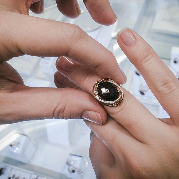 Золотое кольцо SL с бриллиантами, топазами и кварцем