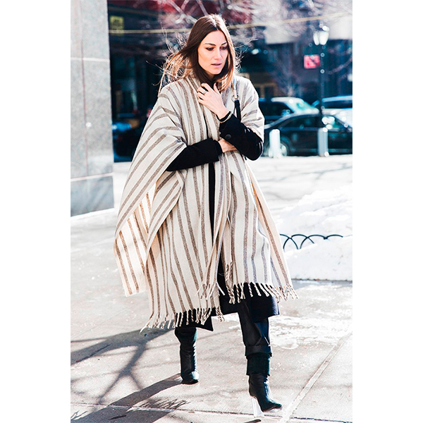 New York Fashion Week Fall Winter 2015 Street Style NYFW georgia Tordini Striped Cape 1 790x1185 Какие летние вещи можно спокойно носить и зимой?