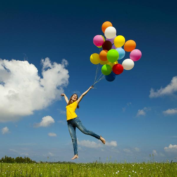devushka shariki vozdushnye shary schaste radost polet parenie nebo trava oblaka 5616x3744 Как избавиться от негативных мыслей?