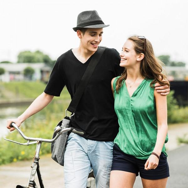 couple outside smiling Как научиться жить и мыслить позитивно?