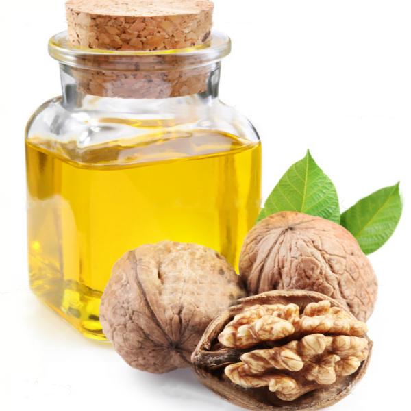 depositphotos 4225909 walnut oil and nuts on white background 1 Масло грецкого ореха: полезные свойства и применение