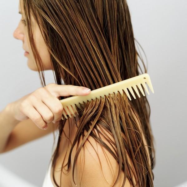 devushka raschjosyvaet chistye mokrye volosy Маски для укрепления волос