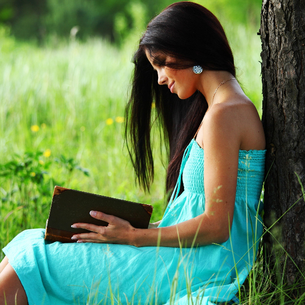 6950552 girl read book in nature Как стать умнее?