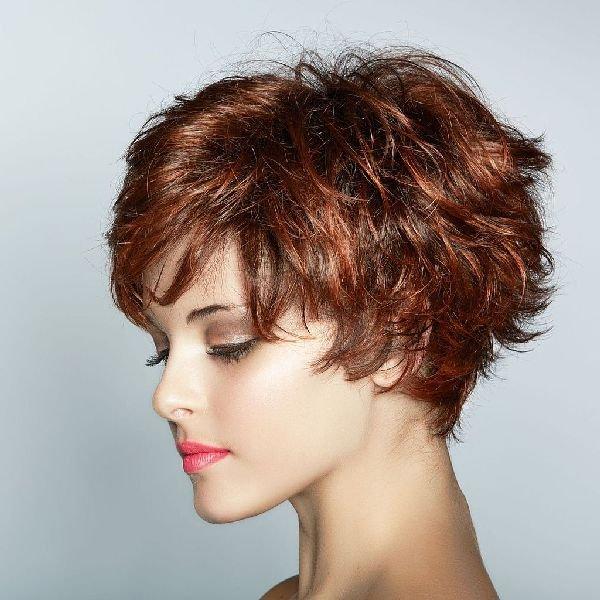 Девушка с короткой стрижкой и блестящим волосом