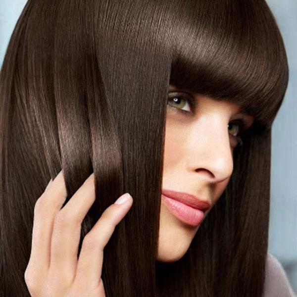 Брюнетка с блестящими ухоженными волосами