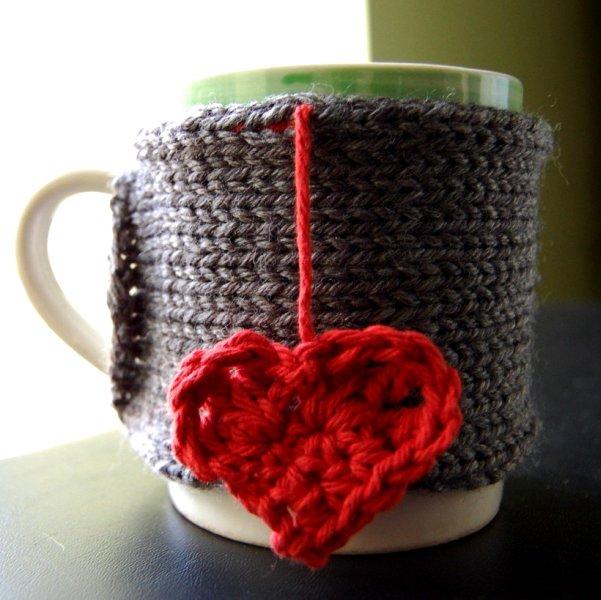 Фото подарка мужу, сделанного своими руками – вязаный чехол на кружку