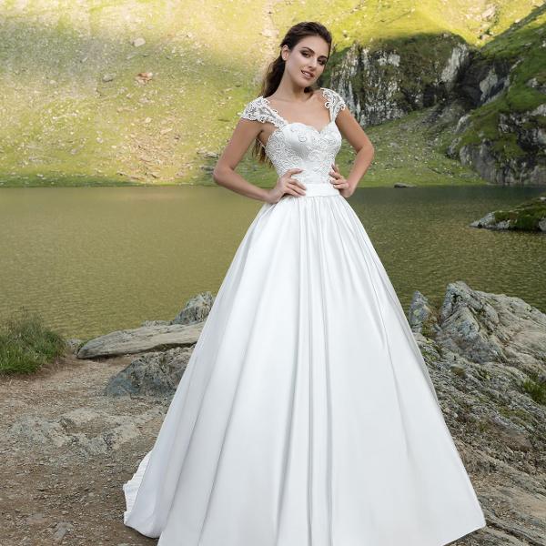 05fdf87cb Атласное свадебное платье — наряд невесты с кружевом на рукавах и атласной  юбкой. Фото прямого платья на свадьбу из атласа с кружевным верхом