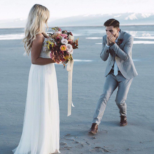 Жених впервые видит невесту в свадебном платье