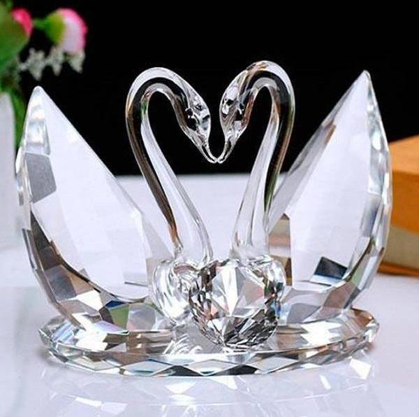 Хрустальные лебеди, как символ стеклянной свадьбы, в качестве подарка мужу
