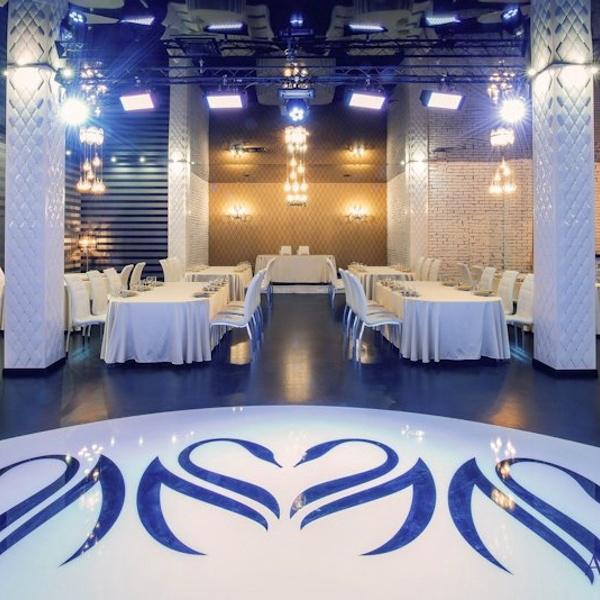sunmag-12-kafe-s-oformleniyem-v-belo-sinikh-tonakh Украшение зала на свадьбу своими руками в тренде [2019] – советы? по пошаговому декору & фото