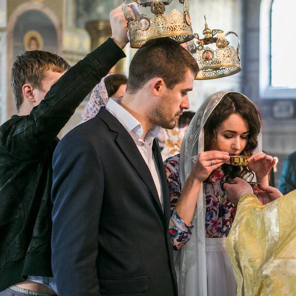свидетели и молодые на венчании