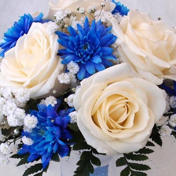 Свадебный букет из белых и алой роз с синих хризантем, екатеринбурге доставкой