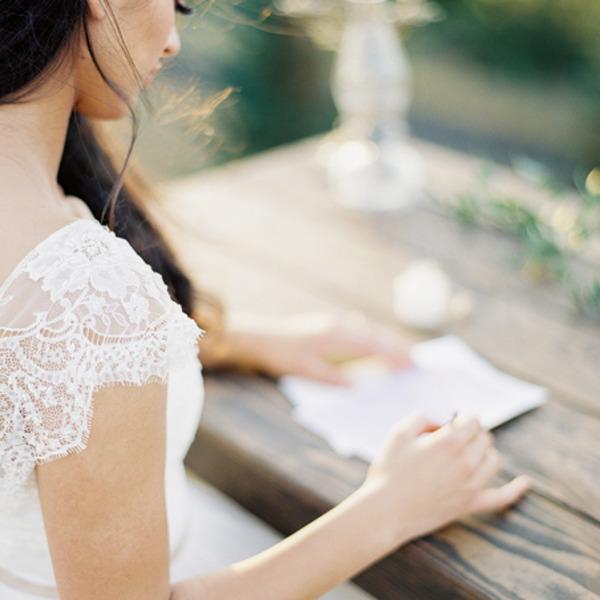 гостья подписывает свадебный подарок