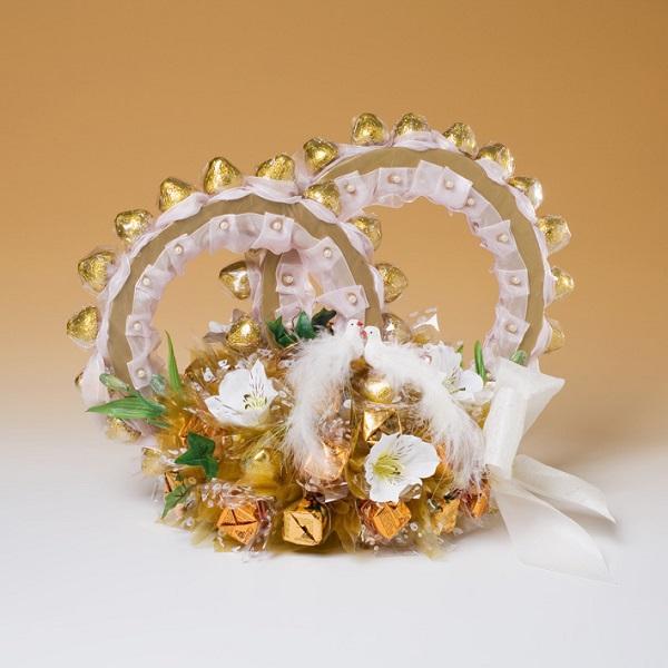 sunmag-7-sladkiy-podarok-molodozhenam-v-vide-kolets Свадебный букет из конфет своими руками: подробный мастер-класс!