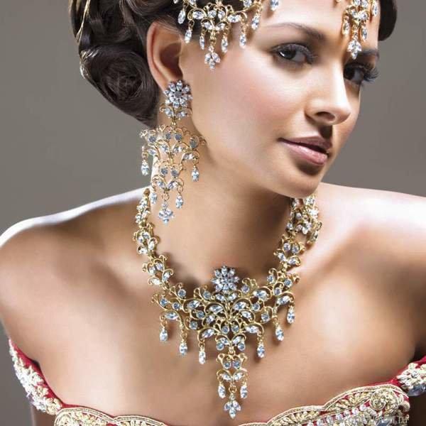 женщина-Лев с золотыми украшениями