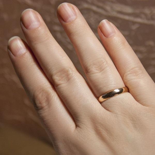 кольцо на руке женщины