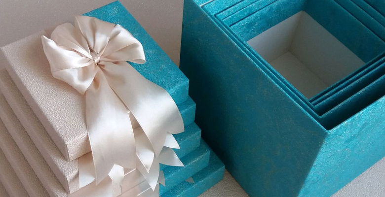 Как упаковать коробку в подарочную бумагу пошагово. Как быстро упаковать подарок бумагой